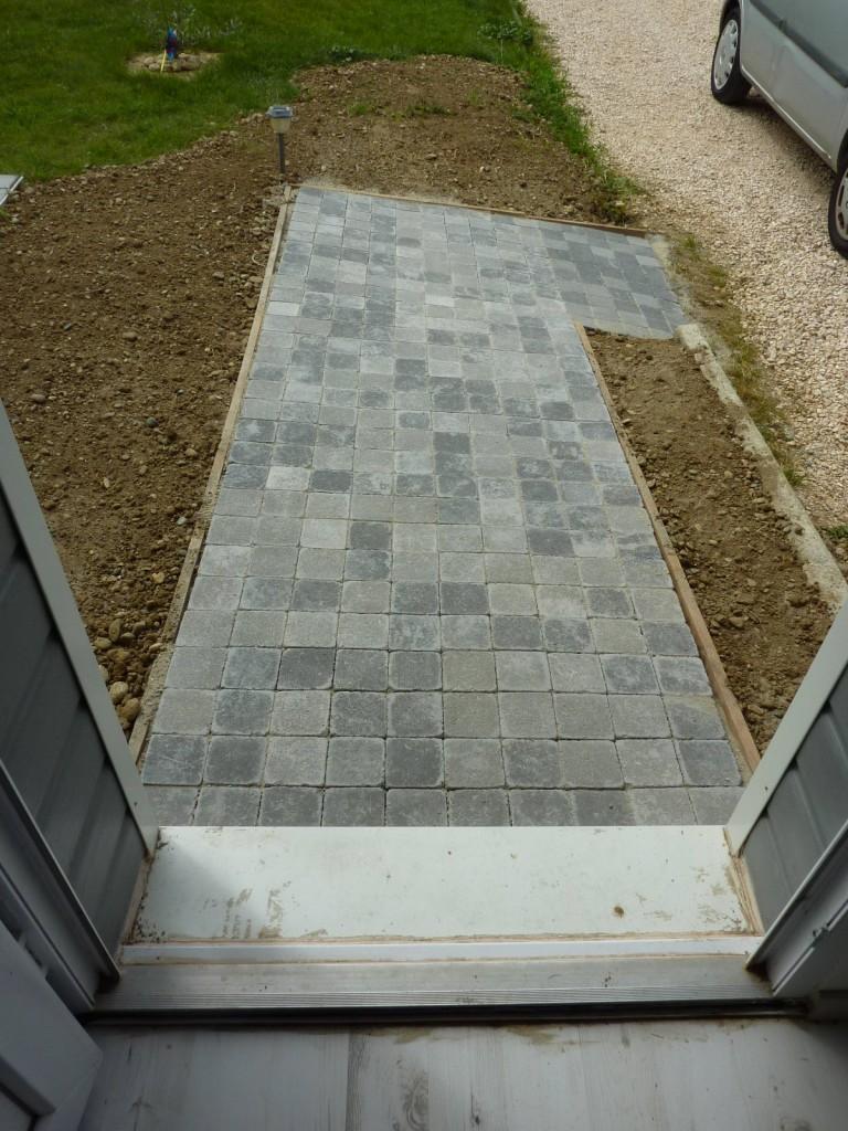 Du gravier blanc pour d limiter les bordures du jardin of for Bordure maison gravier